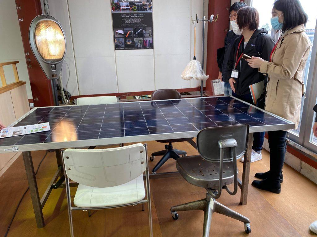 天板がソーラーパネルになっている会議テーブル。テーブルの脚も廃棄されたものが活用されています。