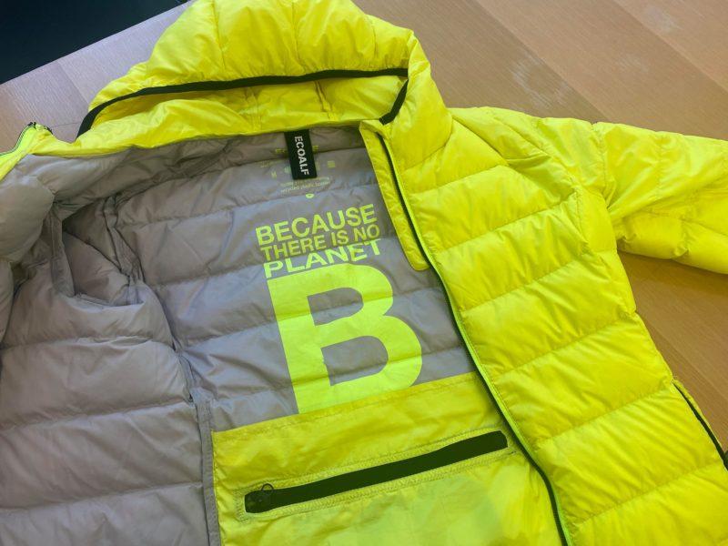 エコアルフの蛍光イエローのジャケット。背中の内側に、大きく「BECAUSE THERE IS NO PLANET B」の文字がプリントされています。